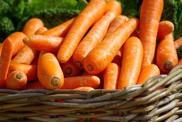 carrots-basket-vegetables-market-37641 (1)